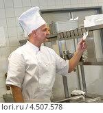 Купить «Шеф-повар читает заказ», фото № 4507578, снято 11 февраля 2013 г. (c) CandyBox Images / Фотобанк Лори