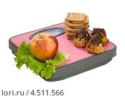 Купить «Яблоко и печенье на напольных весах», фото № 4511566, снято 13 апреля 2013 г. (c) Инна Грязнова / Фотобанк Лори