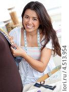 Купить «Девушка шьет в ателье», фото № 4513954, снято 7 июля 2010 г. (c) Wavebreak Media / Фотобанк Лори