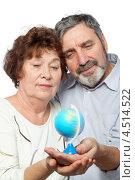 Купить «Пожилые мужчина и женщина смотрят на маленький глобус», фото № 4514522, снято 17 ноября 2011 г. (c) Losevsky Pavel / Фотобанк Лори