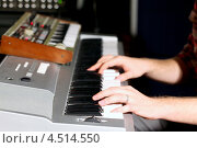 Купить «Музыкант играет на синтезаторе», фото № 4514550, снято 19 ноября 2011 г. (c) Losevsky Pavel / Фотобанк Лори