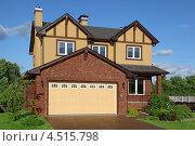 Купить «Новый двухэтажный коричневый коттедж со встроенным гаражом», фото № 4515798, снято 4 июня 2011 г. (c) Losevsky Pavel / Фотобанк Лори