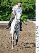 Купить «Жокей в очках с хлыстом на лошади на ипподроме», фото № 4516474, снято 10 июня 2011 г. (c) Losevsky Pavel / Фотобанк Лори
