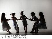 Купить «Силуэты пяти детей, перетягивающих канат», фото № 4516770, снято 29 февраля 2012 г. (c) Losevsky Pavel / Фотобанк Лори