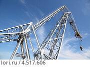 Купить «Большой белый подъемный кран с крючком на фоне синего неба», фото № 4517606, снято 29 июля 2011 г. (c) Losevsky Pavel / Фотобанк Лори