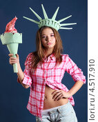 Купить «Девушка в образе Статуи Свободы держит факел», фото № 4517910, снято 12 ноября 2011 г. (c) Losevsky Pavel / Фотобанк Лори