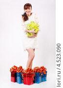 Купить «Смеющаяся молодая женщина в коротком платье с подарками», фото № 4523090, снято 16 декабря 2011 г. (c) Losevsky Pavel / Фотобанк Лори