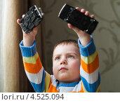 Купить «Маленький мальчик играет с машинками», эксклюзивное фото № 4525094, снято 1 апреля 2013 г. (c) Игорь Низов / Фотобанк Лори