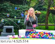 Купить «Продавец мыльных пузырей», эксклюзивное фото № 4525514, снято 9 мая 2012 г. (c) Алёшина Оксана / Фотобанк Лори