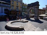 Древняя триумфальная арка на улице города Пула, Хорватия (2012 год). Редакционное фото, фотограф Алексей Иванов / Фотобанк Лори