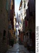 Старинная узкая улица в городе Rovinj, Хорватия (2012 год). Редакционное фото, фотограф Алексей Иванов / Фотобанк Лори