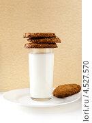 Завтрак с молоком и печеньем. Стоковое фото, фотограф Петеляева Татьяна / Фотобанк Лори