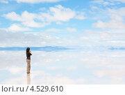 Девушка разговаривает по телефону посреди соляного озера Салар де Уюни, Боливия (2013 год). Стоковое фото, фотограф Dmitry Burlakov / Фотобанк Лори
