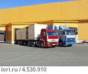 Купить «Два грузовика-фуры на разгрузке-погрузке у склада», эксклюзивное фото № 4530910, снято 20 апреля 2011 г. (c) Александр Замараев / Фотобанк Лори