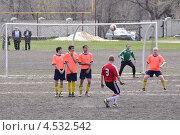 Футболисты с мячом. Штрафной (2013 год). Редакционное фото, фотограф Дмитрий Розкин / Фотобанк Лори