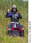 Купить «Мужчина в японских самурайских черных доспехах (тосэй-гусоку) с мечами сидит с палочками для еды и тарелкой», фото № 4536470, снято 25 августа 2012 г. (c) Иван Марчук / Фотобанк Лори