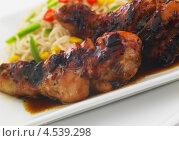 Купить «Жареные куриные ножки с лапшой», фото № 4539298, снято 6 марта 2012 г. (c) Food And Drink Photos / Фотобанк Лори