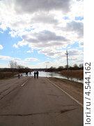 Весенний разлив Оки. Вода затопила дорогу. (2013 год). Редакционное фото, фотограф Елена Блохина / Фотобанк Лори