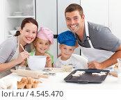 Купить «Портрет счастливой семьи, готовящей печенье на кухне», фото № 4545470, снято 27 октября 2010 г. (c) Wavebreak Media / Фотобанк Лори