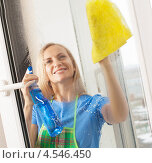 Купить «Девушка моет окно», фото № 4546450, снято 22 марта 2013 г. (c) Гладских Татьяна / Фотобанк Лори