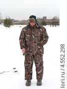 Мужчина с удочкой на зимней рыбалке. Стоковое фото, фотограф Андрей Некрасов / Фотобанк Лори