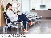 Молодая женщина с планшетов в руках около розеток для зарядки телефонов в аэропорту. Стоковое фото, фотограф Кекяляйнен Андрей / Фотобанк Лори