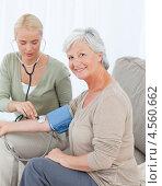 Купить «Молодая медсестра измеряет кровяное давление у пожилой пациентки», фото № 4560662, снято 1 ноября 2010 г. (c) Wavebreak Media / Фотобанк Лори