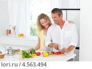 Семейная пара готовит обед на кухне. Стоковое фото, агентство Wavebreak Media / Фотобанк Лори