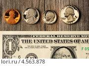 Купюра и монеты США на деревянном фоне. Стоковое фото, фотограф Николай Охитин / Фотобанк Лори