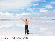 Мужчина с поднятыми вверх руками (2013 год). Стоковое фото, фотограф Dmitry Burlakov / Фотобанк Лори