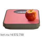 Купить «Красное яблоко  на напольных весах», фото № 4572730, снято 13 апреля 2013 г. (c) Инна Грязнова / Фотобанк Лори