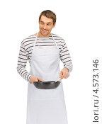 Купить «Обаятельный молодой человек в тельняшке и фартуке со сковородой и ложкой», фото № 4573146, снято 8 апреля 2012 г. (c) Syda Productions / Фотобанк Лори