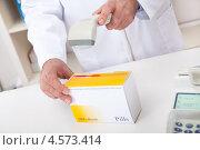 Покупка лекарств в аптеке. Провизор считывает штрихкод с упаковки. Стоковое фото, фотограф Андрей Попов / Фотобанк Лори