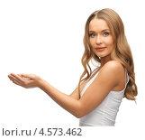 Купить «Красивая девушка держит что-то в горсти», фото № 4573462, снято 8 декабря 2012 г. (c) Syda Productions / Фотобанк Лори