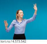 Купить «Молодая офисная сотрудница руками работает с виртуальным цифровым экраном», фото № 4573542, снято 17 ноября 2012 г. (c) Syda Productions / Фотобанк Лори