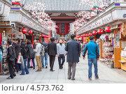 Купить «Люди прогуливаются среди сувенирных прилавков на улице Nakamise-dori, храм Senso-ji, Asakusa, Tokyo, Japan», фото № 4573762, снято 10 апреля 2013 г. (c) Кекяляйнен Андрей / Фотобанк Лори