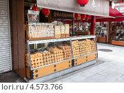 Купить «Традиционный японский магазинчик со сладостями на улице Nakamise-dori, храм Senso-ji, Токио, Япония», фото № 4573766, снято 10 апреля 2013 г. (c) Кекяляйнен Андрей / Фотобанк Лори