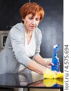 Купить «Женщина моет стеклянный стол», фото № 4575694, снято 22 марта 2013 г. (c) Гладских Татьяна / Фотобанк Лори