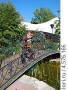 Мальчик на красивом мостике. Стоковое фото, фотограф Ольга Бережнова / Фотобанк Лори