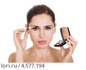 Купить «Красивая брюнетка наносит тени для век», фото № 4577194, снято 7 июня 2012 г. (c) Андрей Попов / Фотобанк Лори