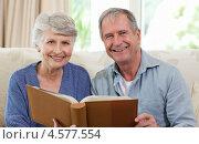 Купить «Пожилая семейная пара сидит на диване со старым фотоальбомом», фото № 4577554, снято 6 ноября 2010 г. (c) Wavebreak Media / Фотобанк Лори
