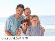 Купить «Дружная семья стоит на пляже в солнечную погоду», фото № 4584970, снято 14 ноября 2010 г. (c) Wavebreak Media / Фотобанк Лори