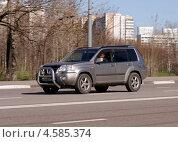 "Купить «""NISSAN X-TRAIL"" мчится по дороге», фото № 4585374, снято 29 апреля 2013 г. (c) Павел Кричевцов / Фотобанк Лори"