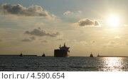 Грузовой корабль входит в гавань. Стоковое фото, фотограф Елена Камнева / Фотобанк Лори