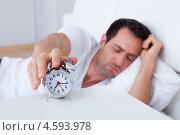 Купить «Сонный мужчина выключает звонящий утром будильник», фото № 4593978, снято 14 июля 2012 г. (c) Андрей Попов / Фотобанк Лори