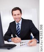 Купить «Портрет привлекательного жизнерадостного темноволосого бизнесмена за рабочим столом», фото № 4593998, снято 14 июля 2012 г. (c) Андрей Попов / Фотобанк Лори