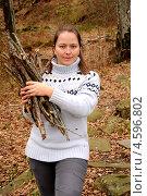 Купить «Женщина собирает в лесу дрова для пикника», фото № 4596802, снято 19 января 2013 г. (c) Мартынов Антон / Фотобанк Лори