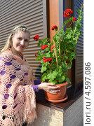 Купить «Молодая женщина с красной геранью», эксклюзивное фото № 4597086, снято 5 мая 2013 г. (c) Ольга Линевская / Фотобанк Лори