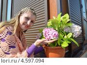 Купить «Молодая женщина с гортензией», эксклюзивное фото № 4597094, снято 5 мая 2013 г. (c) Ольга Линевская / Фотобанк Лори