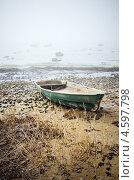 Купить «Старая рыбацкая лодка на берегу озера туманным утром», фото № 4597798, снято 28 апреля 2013 г. (c) Игорь Соколов / Фотобанк Лори